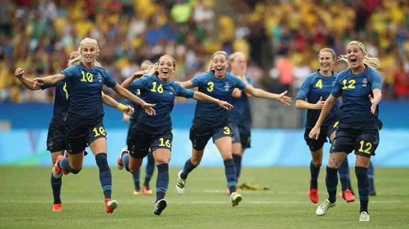 Sveriges OS-landslag i fotboll firar vinsten i semifinalen mot Brasilien på Maracanã fotbollsarena i Rio de Janeiro, Brasilien. Foto: Getty Images/Mark Kolbe