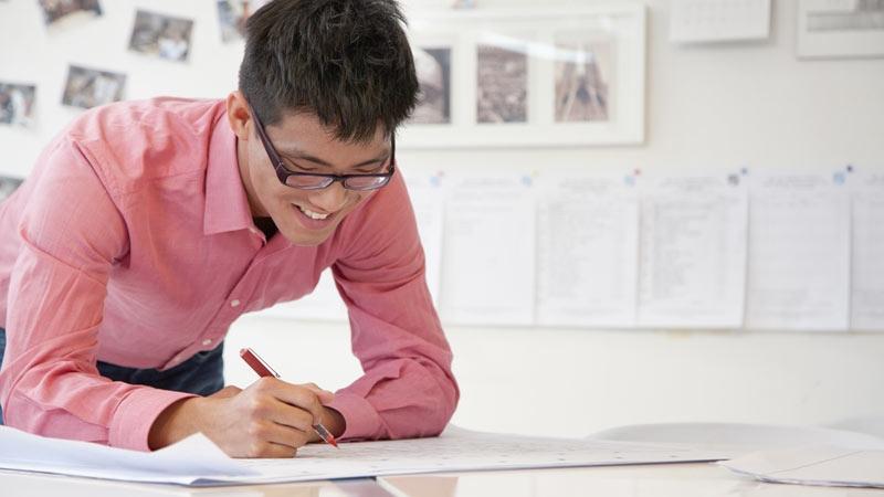 En projektledare planerar gruppens arbetsuppgifter. Text av Kerstin Burell