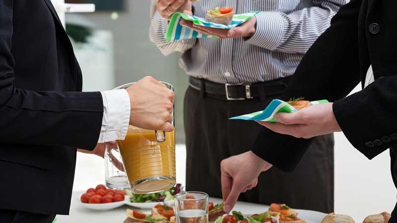 Kostförmåner skall skiljas från representation vilket är en annan sak