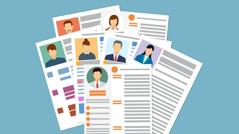 Att gå igenom CV är en av processerna i rekryteringen