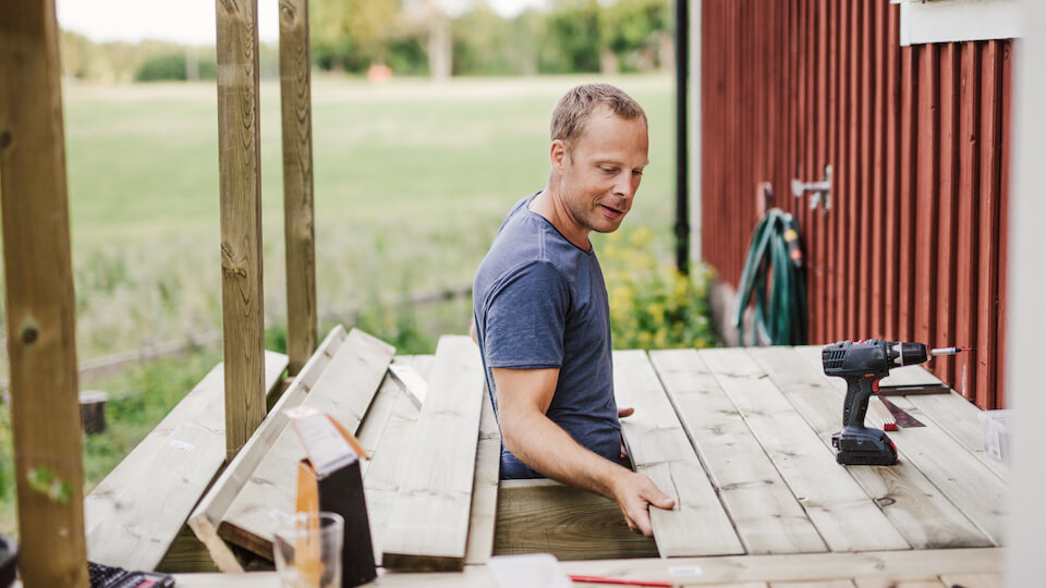 Få byggbolagens inköpspriser till sommarens altanbygge