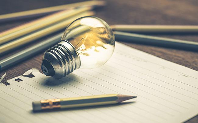 Entreprenör skriver ner sina idéer på papper