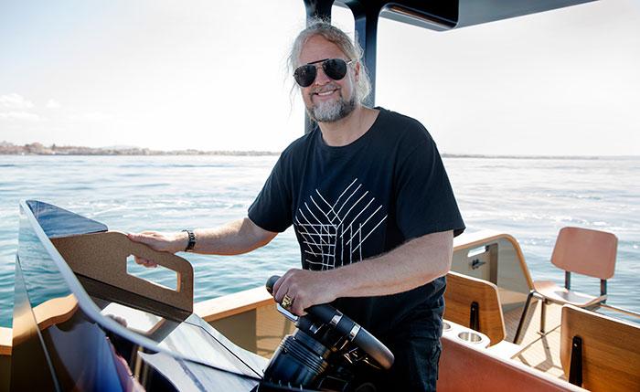 Konrad Bergström på sin nya elbåt