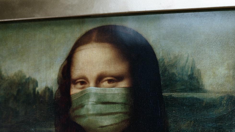 Foto: av Pexels/CottonBro – Mona-Lisa med skyddsmask
