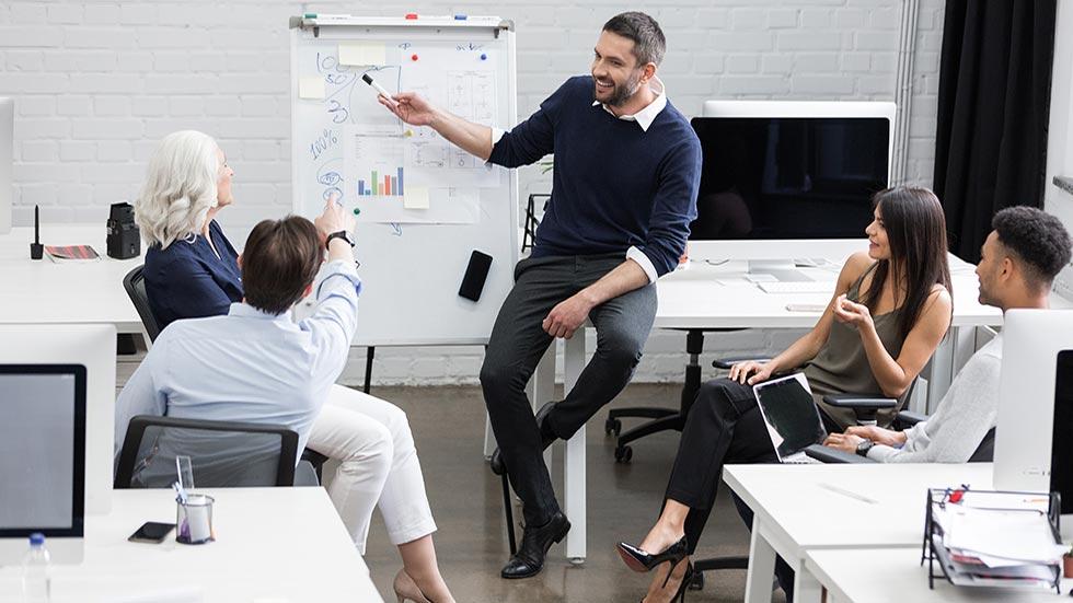 Säljare träffar ett företag under ett kundmöte