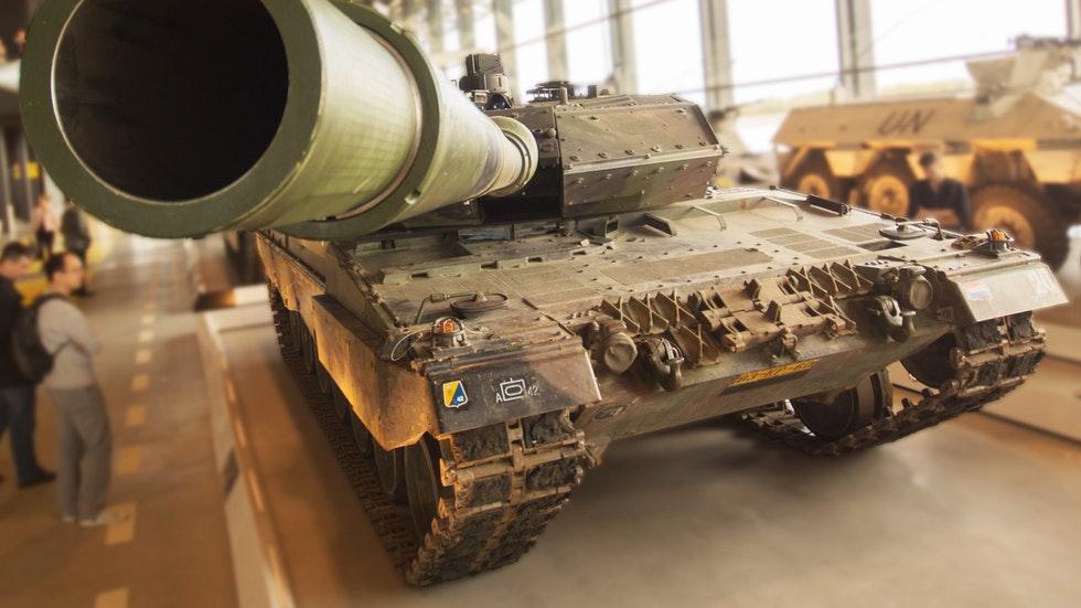 Illustration: Skitterphoto/Pexels – Kanonmynningen på en stridsvagn på ett armé-museum